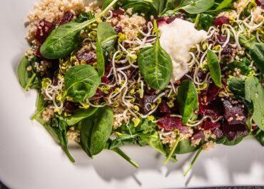 Salată de sfeclă roșie, quinoa, germeni si hrean
